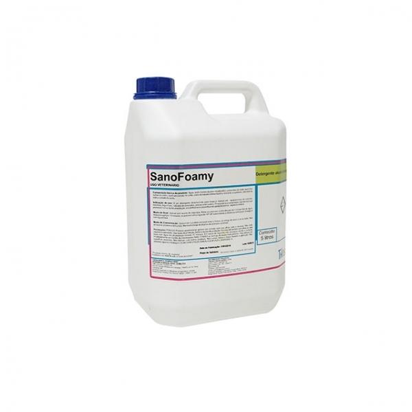 Detergente alcalino clorado de alta espumação.